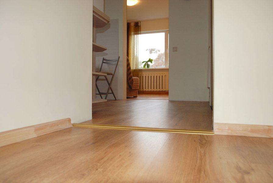 Lamināta ieklāšana, grīdas seguma maiņa, kājlīstu montāža
